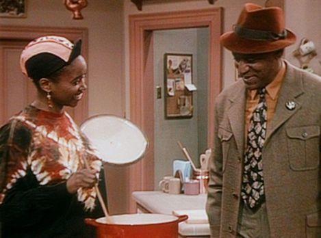 Bill Cosby Show - Cliff (Bill Cosby, r.) ist scharf auf die Suppe, die Pam (E...