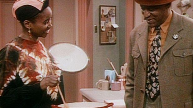 Cliff (Bill Cosby, r.) ist scharf auf die Suppe, die Pam (Erika Alexander, l....