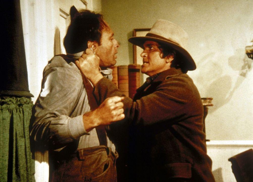 Charles (Michael Landon, r.) hilft dem betrunkenen John Stewart (Harris Yulen, l.). - Bildquelle: Worldvision