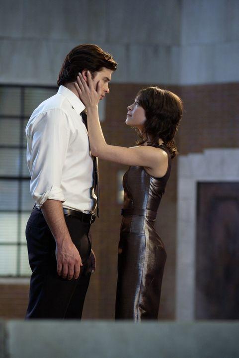 Um unerkannt zu entkommen, schneidet sich Lana (Kristin Kreuk, r.) die langen Haare ab. Clark (Tom Welling, l.) kann sie kaum wiedererkennen ... - Bildquelle: Warner Bros.