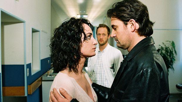 Marie (Natalia Wörner, l.) und Lenas Vater Robert (Robert Lohr, r.) hoffen ge...
