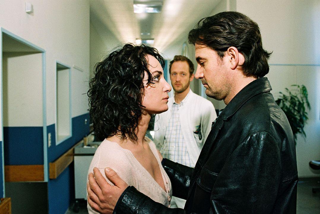 Marie (Natalia Wörner, l.) und Lenas Vater Robert (Robert Lohr, r.) hoffen gemeinsam mit Dr. Michael Hein (Stephan Kampwirth, M.), dass Lena wieder... - Bildquelle: Sat.1