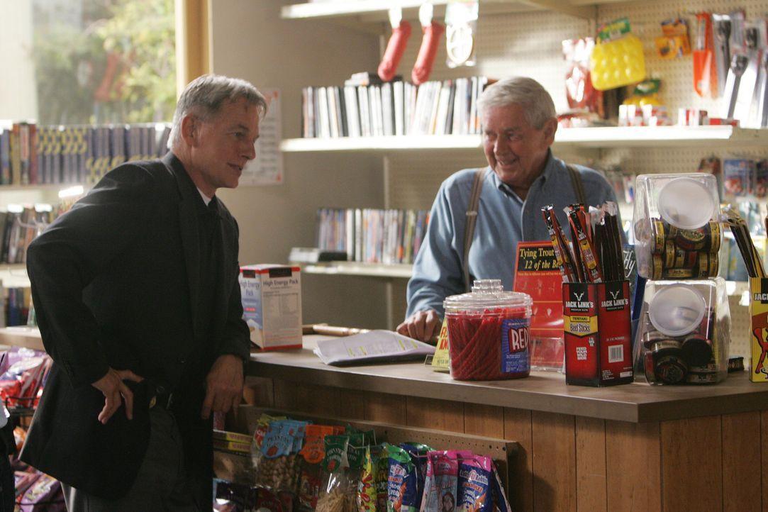 Während Gibbs (Mark Harmon, l.) auf seine gewohnte Art ermitteln will, überredet ihn sein Vater (Ralph Waite, r.), es mit Freundlichkeit zu versuche... - Bildquelle: CBS Television