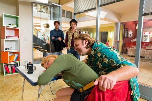 Danni Lowinski - Danni (Annette Frier, l.) soll Valentin (Oliver K. Wnuk, 2.v...