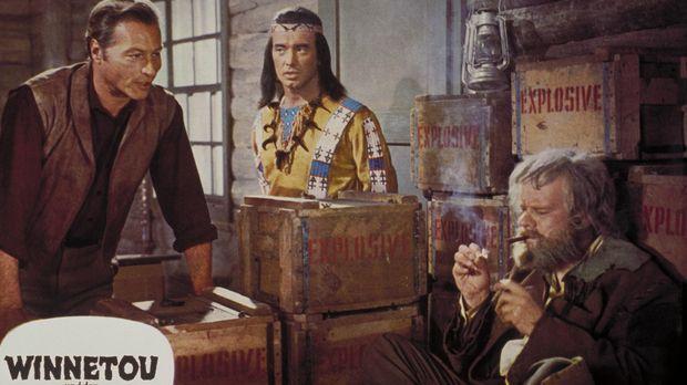 Old Shatterhand (Lex Barker, l.), Winnetou (Pierre Brice, M.) und Sam Hawkens...