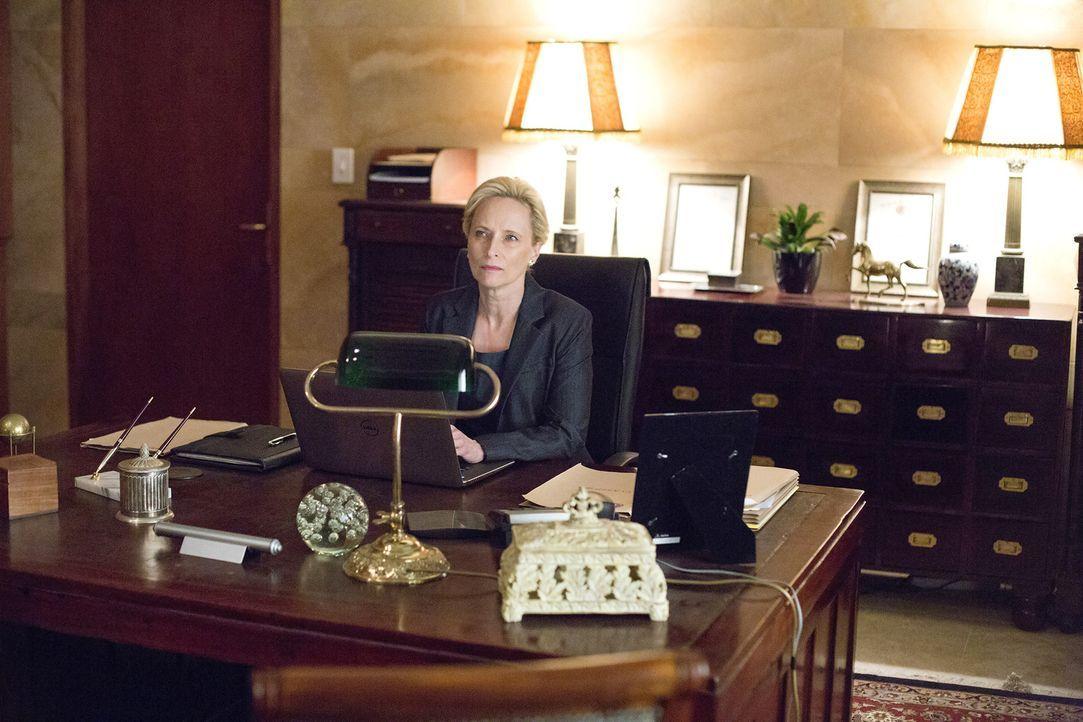 Noch ahnt die Botschafterin Martha Boyd (Laila Robins) nicht, wer der Maulwurf in der Botschaft ist ... - Bildquelle: Homeland   2014 Twentieth Century Fox Film Corporation