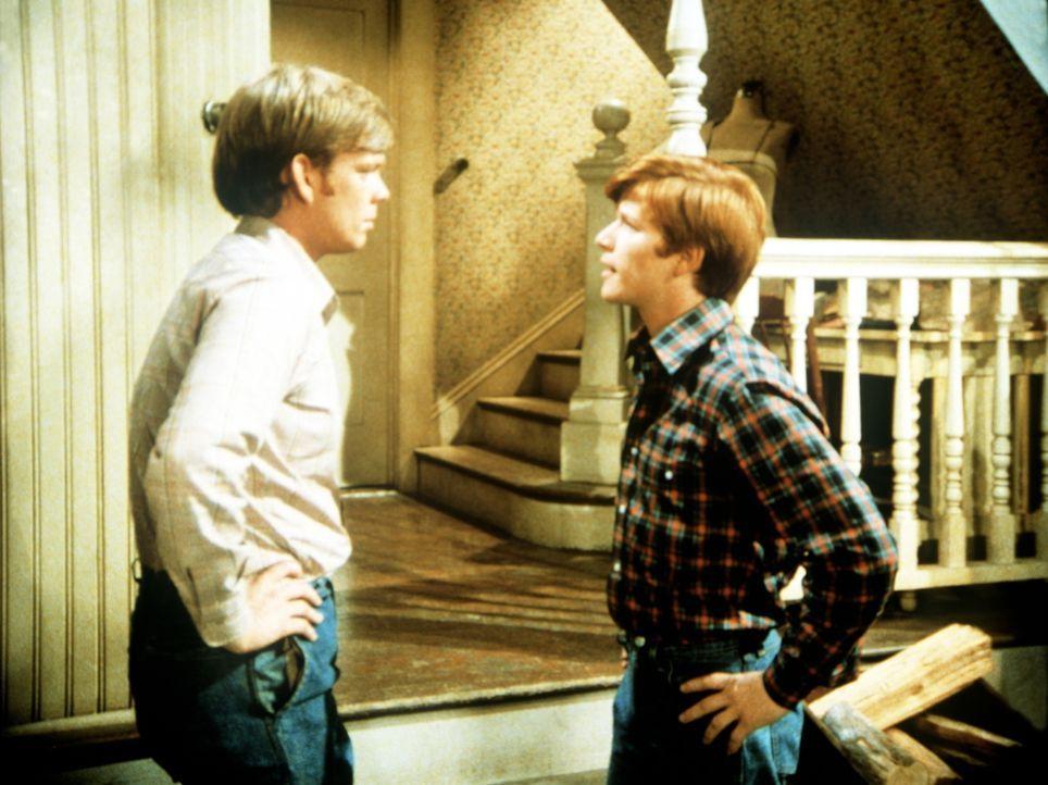 Ben (Eric Scott, r.) hat bei Jason (Jon Walmsley, l.) eine Broschüre über den Ersatzdienst gefunden und stellt ihn deswegen zur Rede. - Bildquelle: WARNER BROS. INTERNATIONAL TELEVISION