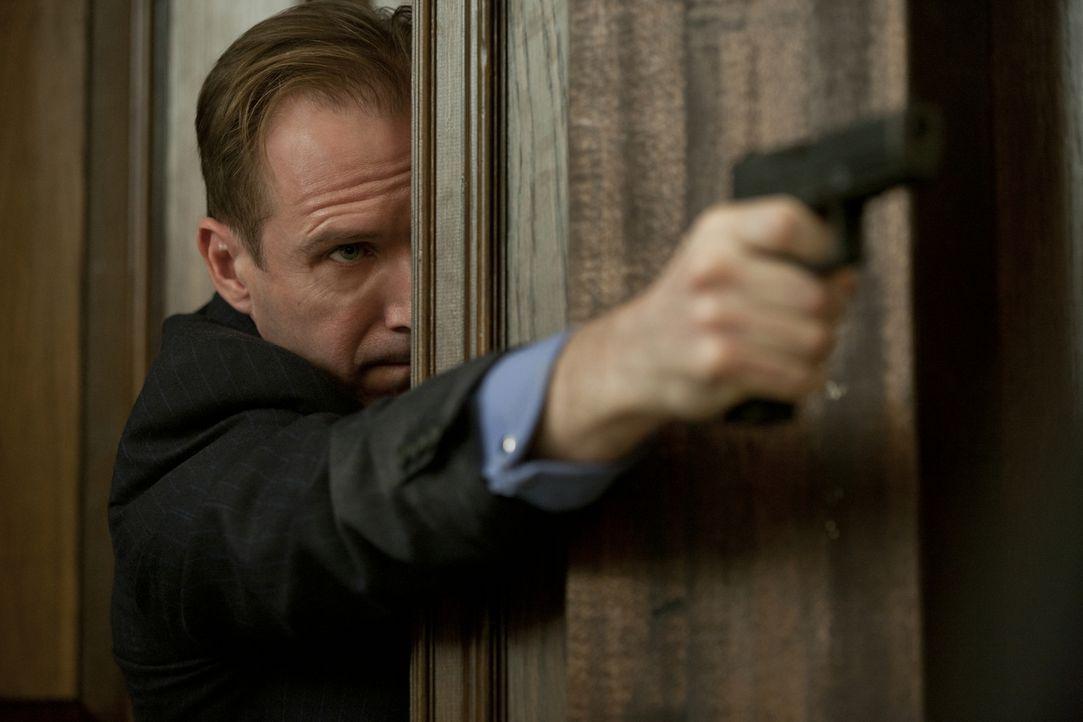 Beinahe zu spät erkennt Gareth Mallory (Ralph Fiennes), dass der Dieb der gestohlenen Agentenliste vor nichts und niemandem zurückschreckt ... - Bildquelle: Skyfall   2012 Danjaq, LLC, United Artists Corporation and Columbia Pictures Industries, Inc. All rights reserved.