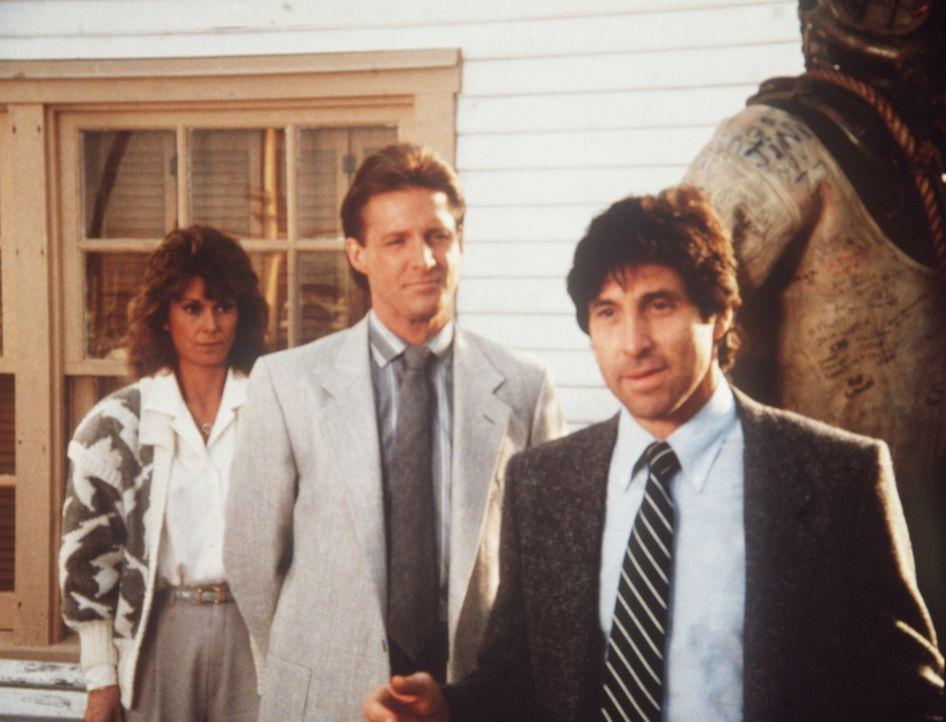 Amanda (Kate Jackson, l.) und Lee (Bruce Boxleitner, (M.) befragen einen Handlanger der Korruption im zentralamerikanischen Santarilla. Mit weniger...