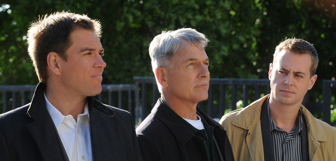 Ermitteln in einem neuen Mordfall: Gibbs (Mark Harmon, M.), Tony (Michael Weatherly, l.) und McGee (Sean Murray, r.) ... - Bildquelle: CBS Television