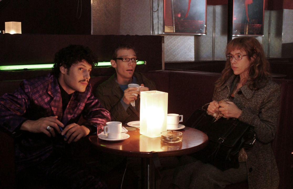 Lisa (Alexandra Neldel, r.) kann nicht fassen, dass Rokko (Manuel Cortez, l.) sie und Jürgen (Oliver Bokern, M.) in eine Tabledance-Bar gelockt hat.... - Bildquelle: Monika Schürle Sat.1