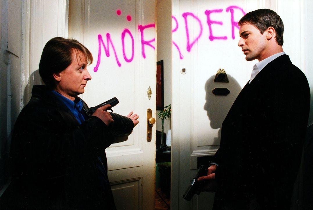 Die Mieter eines Hauses haben ihren Mitmieter Hollub bei der Polizei denunziert. Sie sind davon überzeugt, dass der Ex-Sträfling einen Mord begangen... - Bildquelle: Ali Schafler Sat.1