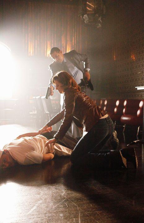 Javier Esposito (Jon Huertas, hinten) und Kate Beckett (Stana Katic, r.) haben einen Verdächtigen (Ivo Nandi, liegend) zur Strecke gebracht. - Bildquelle: ABC Studios