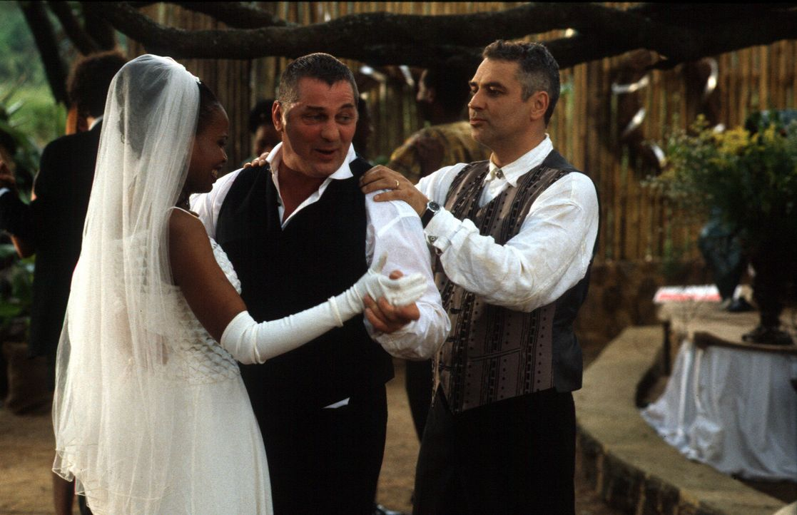 Die Helmers (Florence Masebe, l., Hansa Czypionka, r.) feiern eine rauschende Hochzeit mit einem glücklichen Trauzeugen Stan Becker (Heinz Hoenig, M... - Bildquelle: Axel Fremmer Sat.1