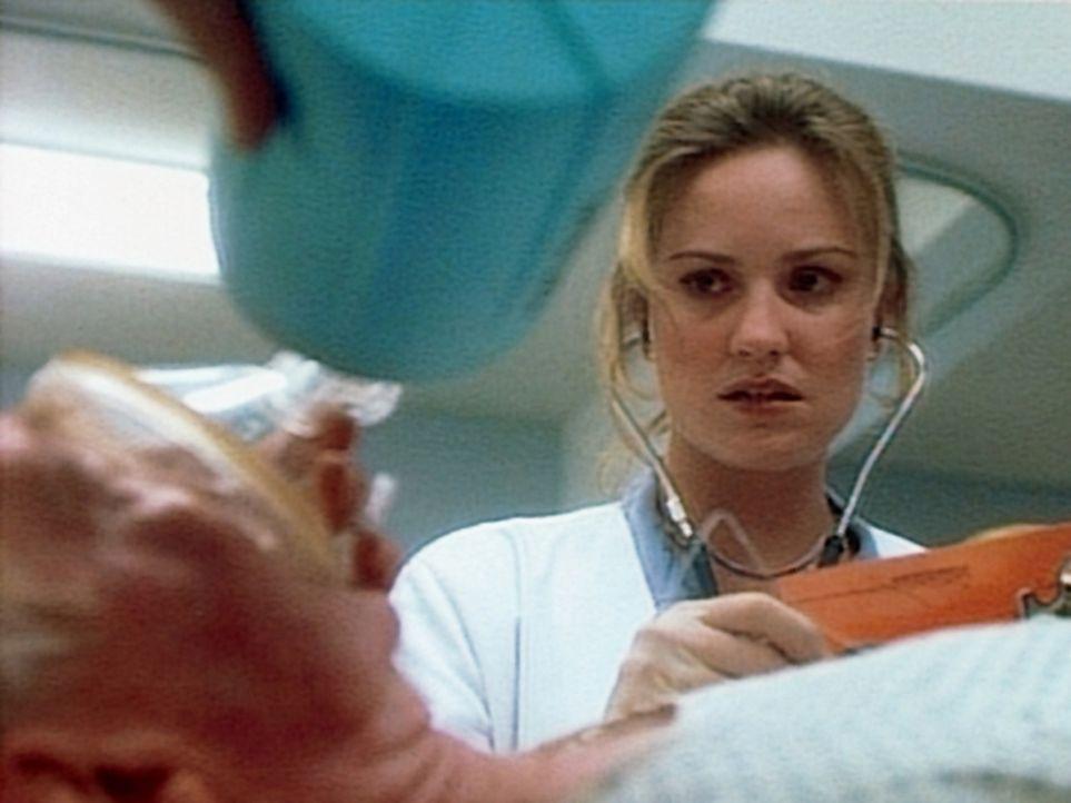 Dr. Lewis (Sherry Stringfield, r.) muss bei einem herzkranken Patienten eine riskante Entscheidung treffen. - Bildquelle: TM+  WARNER BROS.