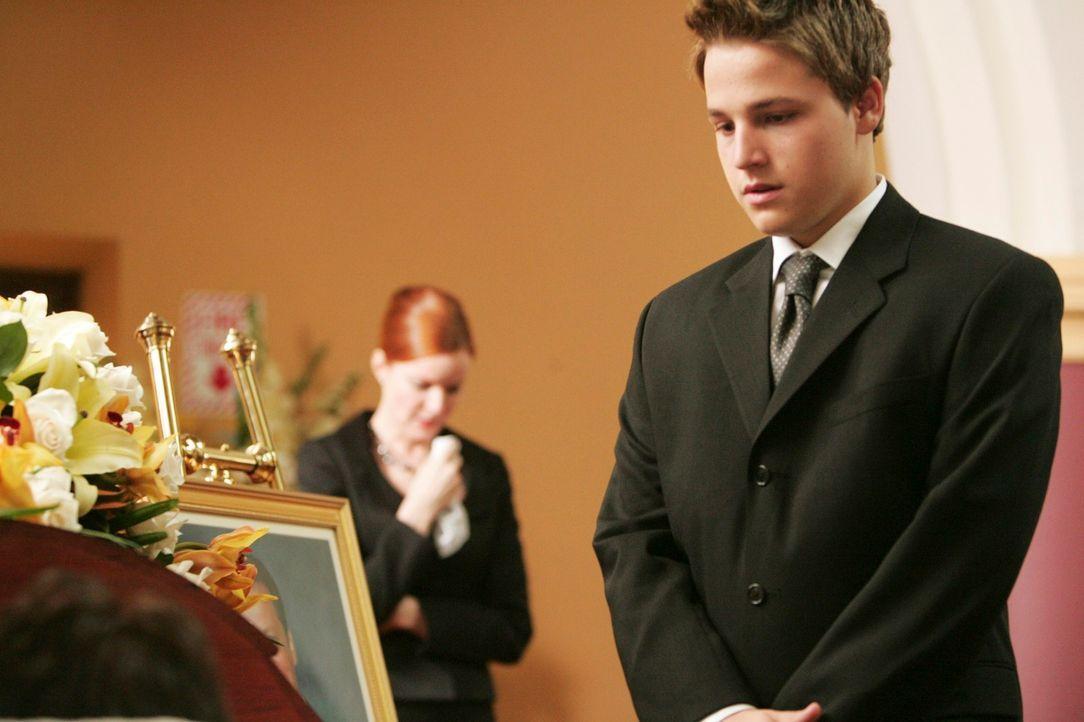 Nehmen Abschied von Rex: Bree (Marcia Cross, l.) und ihr Sohn Andrew (Shawn Pyfrom, r.) ... - Bildquelle: 2005 Touchstone Television  All Rights Reserved