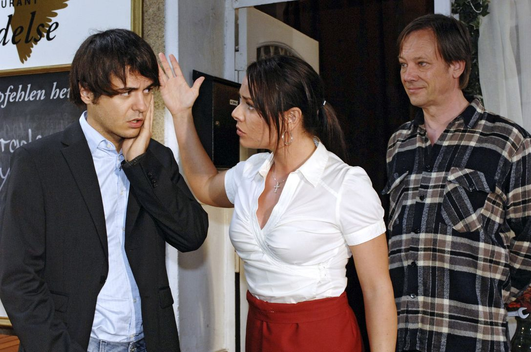 Paloma (Maja Maneiro, M.) ist empört, als sie erfährt, dass Maik (Sebastian König, l.) ohne ihr Wissen ihren Job bei Armin (Rainer Will, r.) gekündi... - Bildquelle: Oliver Ziebe Sat.1
