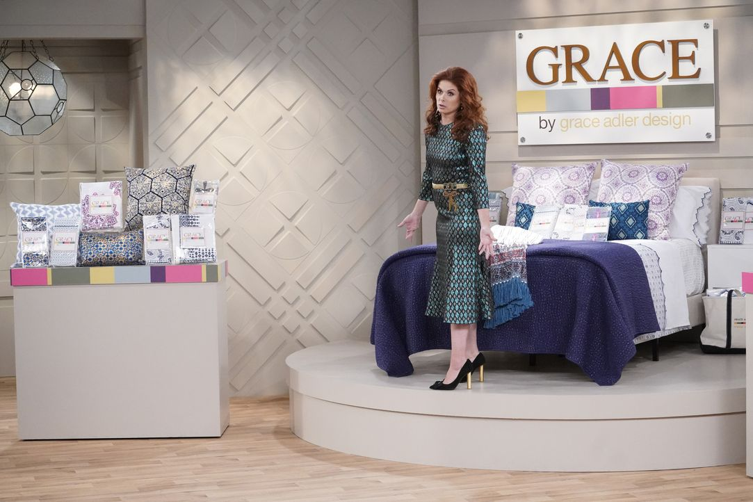 Grace (Debra Messing) will ihre neue Bettwäschen-Kollektion im TV vermarkten, doch das läuft anders als geplant ... - Bildquelle: Chris Haston 2017 NBCUniversal Media, LLC