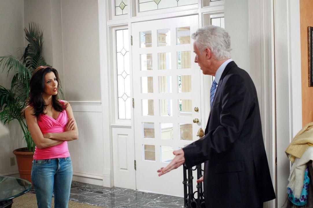 Victor Lang (John Slattery, r.) versucht weiterhin Gabrielle (Eva Longoria, l.) davon zu überzeugen, mit ihm zusammen zu kommen, doch Gaby bleibt ha... - Bildquelle: 2005 Touchstone Television  All Rights Reserved
