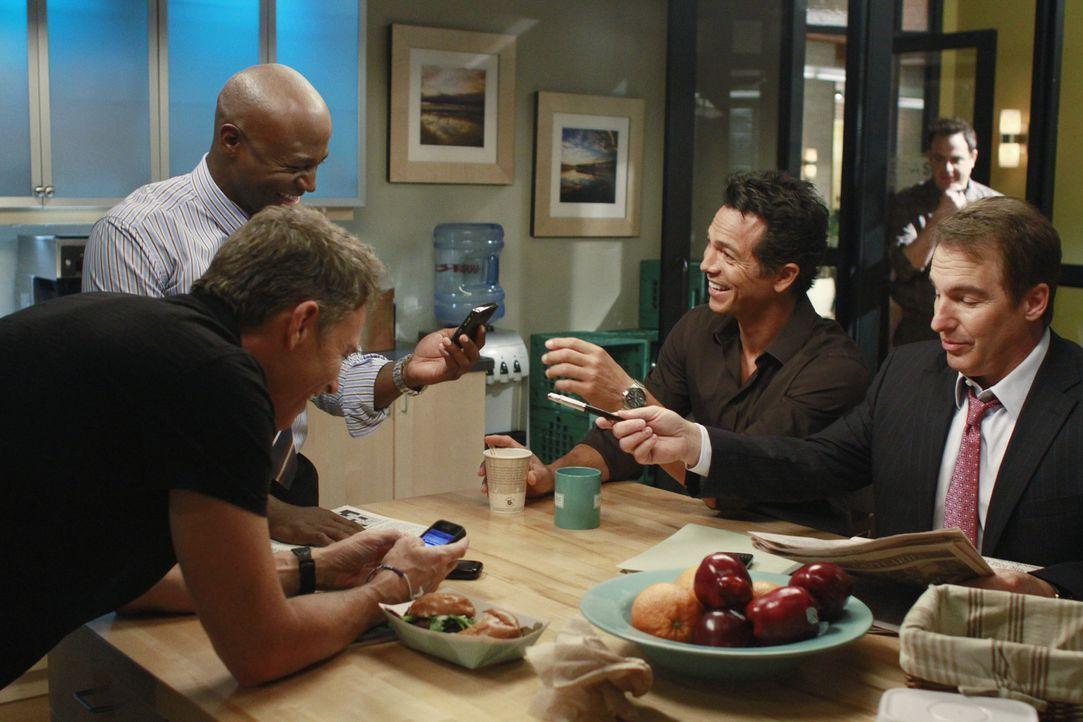 Ein Tag mit vielen Überraschungen wartet auf Sheldon (Brian Benben, r.), Cooper (Paul Adelstein, 2.v.r.), Sam (Taye Diggs, l.), Jack (Benjamin Brat... - Bildquelle: ABC Studios