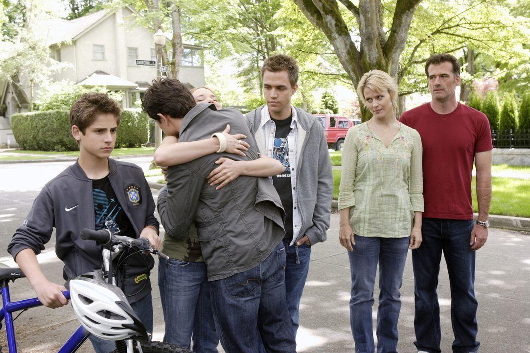 Abschied: Kyle (Matt Dallas, 2.v.l.) verlässt Josh (Jean-Luc Bilodeau, l.), Lori (April Matson, 3.v.l.), Declan (Chris Olivero, 3.v.r.), Nicole (Ma... - Bildquelle: TOUCHSTONE TELEVISION