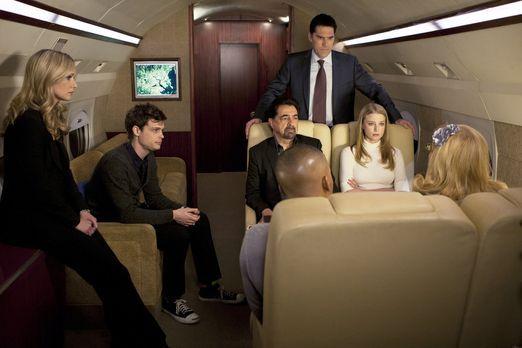 Criminal Minds - Versuchen alles, um Prentiss zu helfen: (v.l.n.r.) JJ (A.J C...