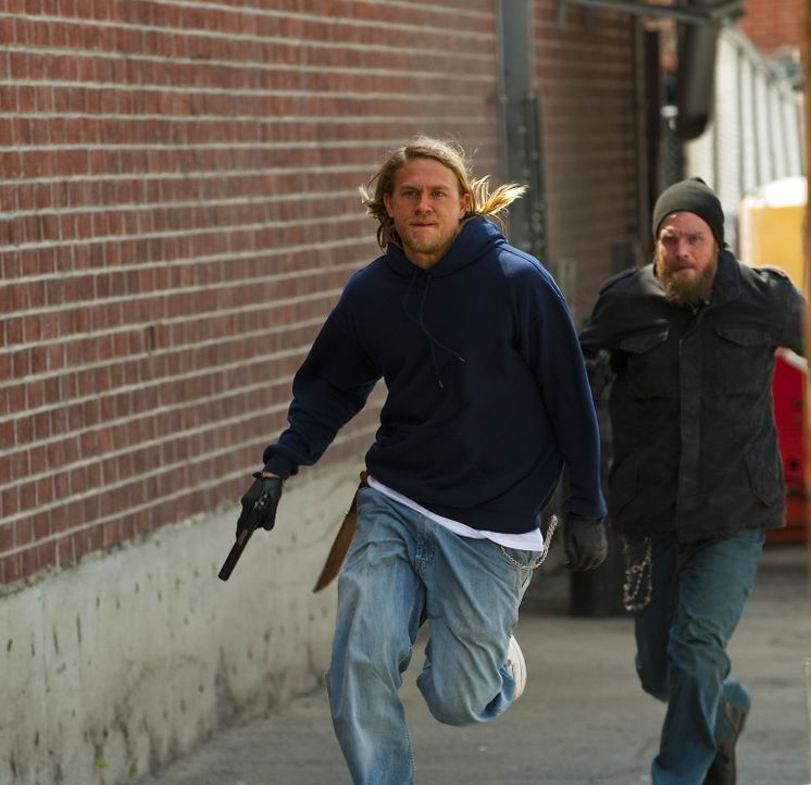 Jax (Charlie Hunnam, l.) begleitet Opie (Ryan Hurst, r.) bei seinem Rachefeldzug ... - Bildquelle: 2009 Twentieth Century Fox Film Corporation and Bluebush Productions, LLC. All rights reserved.