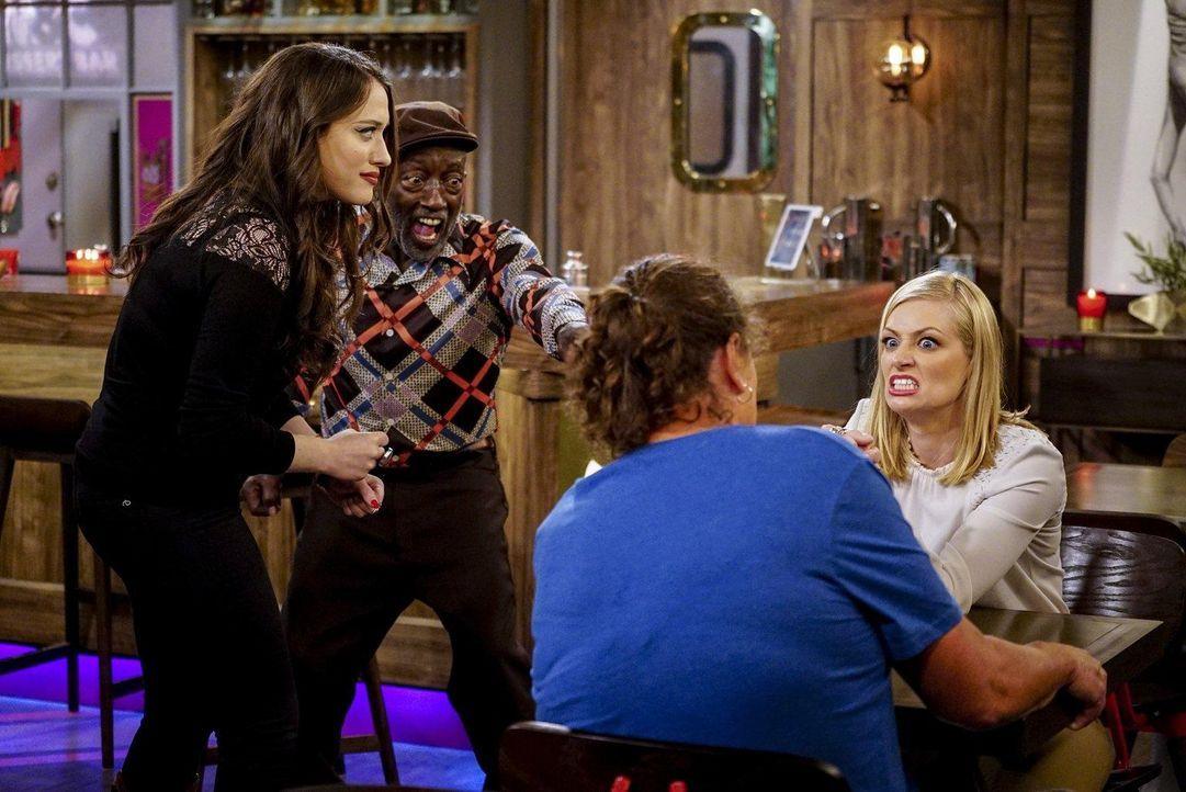Caroline (Beth Behrs, r.) lässt sich auf eine Runde Armdrücken mit der berüchtigten Big Reba (Dot Jones, 2.v.r.) ein ... - Bildquelle: Warner Bros. Television