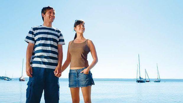 Junges Paar am Wasser im Sommer
