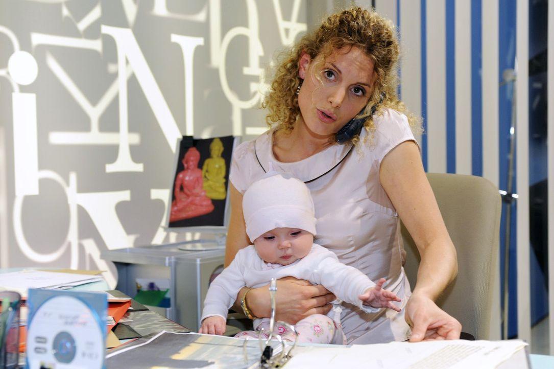 Maja (Barbara Lanz, r.) versucht Job und Baby (Marlene Thiele, l.) gleichzeitig zu managen - was nicht so einfach ist ... - Bildquelle: Sat.1