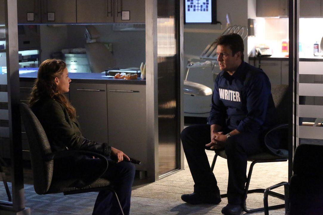 Hat Emma Briggs (Alicia Lagano, l.) ihren Freund wirklich nicht ermordet? Und warum will sie unbedingt, dass Richard Castle (Nathan Fillion, r.) ihr... - Bildquelle: ABC Studios