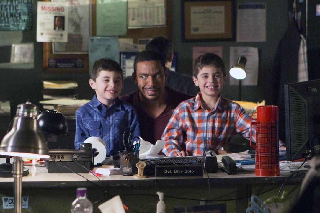 Steht Laura nicht nur beruflich mit Rat und Tat zur Seite, sondern auch bei Problemen mit ihren Söhnen Harrison (Vincent Reina, r.) und Nicholas (Ch... - Bildquelle: Warner Bros. Entertainment, Inc.