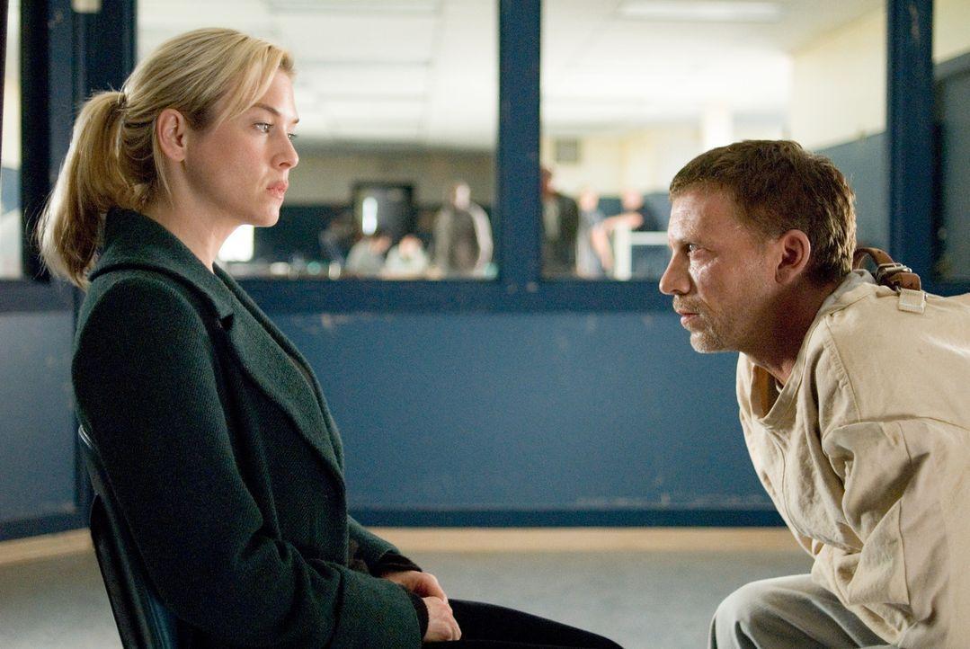 Als Emily (Renée Zellweger, l.) Angst vor Lilith bekommt, sucht sie deren Vater (Callum Keith Rennie, r.) in der Psychiatrie. Er erzählt ihr, dass... - Bildquelle: Kimberley French 2010 PARAMOUNT PICTURES.  All Rights Reserved.