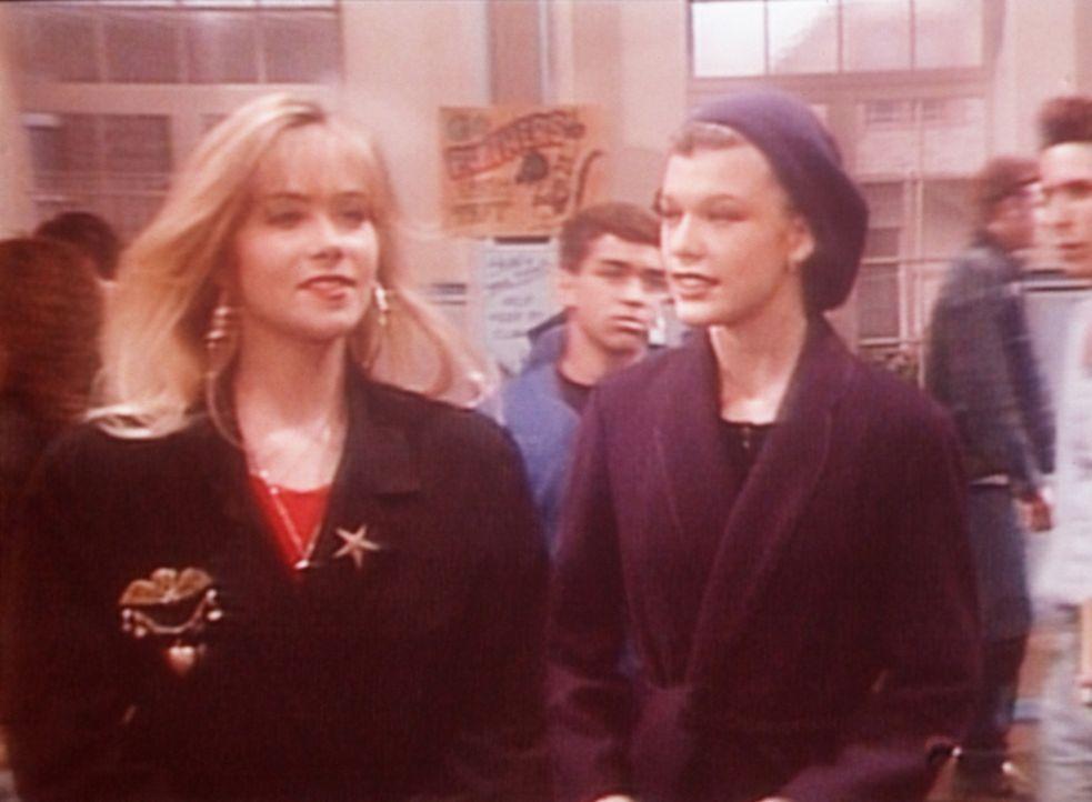 Kelly (Christina Applegate, l.) führt die französische Austauschschülerin Yvette (Milla Jovovich, r.) in ihrer Schule herum. - Bildquelle: Sony Pictures Television International. All Rights Reserved.