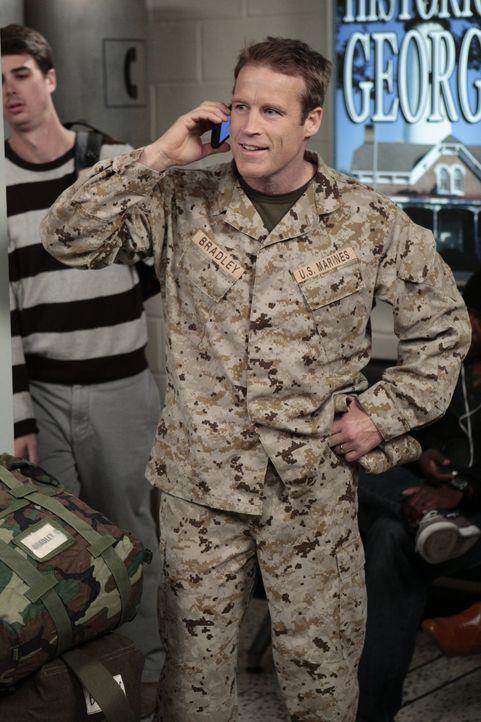 Sloanes Ehemann Chris (Mark Valley) meldet sich vom Flughafen bei Chelsea und kündigt an, zurück aus Afghanistan zu sein und Sloane überraschen z... - Bildquelle: Warner Bros. Television