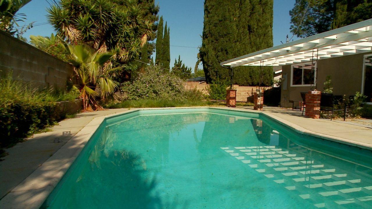 Der Garten von Keisha hat einen großen Pluspunkt: den Pool. Doch alles drum herum ist trist und braucht dringend eine wenig Verschönerung. Da kommt... - Bildquelle: 2013, DIY Network/Scripps Networks, L.L.C. All rights Reserved