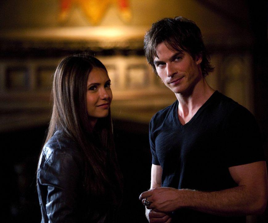 Elena (Nina Dobrev, l.) ist überrascht, dass Stefan ihr nichts von seinem Bruder Damon (Ian Somerhalder, r.) erzählt hat ... - Bildquelle: Warner Brothers