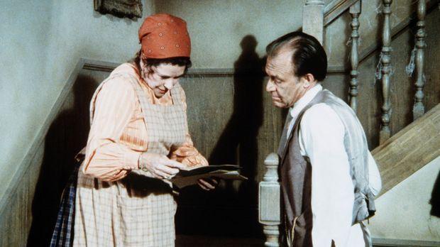 Harriet Oleson (Katherine MacGregor, l.) zeigt ihrem Mann Nels (Richard Bull,...