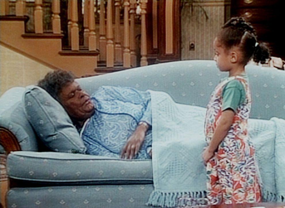 Olivia (Raven Symone, r.) freundet sich doch noch mit Gramtee (Minnie Gentry, l.) an. - Bildquelle: Viacom
