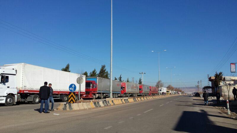 LKWs warten um die syrische Grenze zu passieren