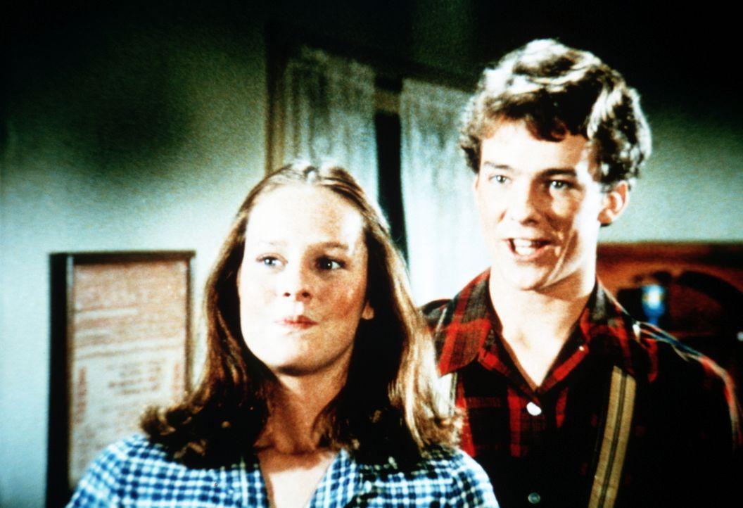 Erin (Mary Beth McDonough, l.) eröffnet ihren verblüfften Eltern, dass sie Chad Marshall (Michael O'Keefe, r.) heiraten will. - Bildquelle: WARNER BROS. INTERNATIONAL TELEVISION