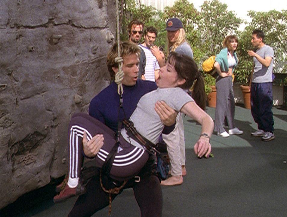 Das ist gerade noch einmal gutgegangen. Bei einer Kletterübung ist Piper (Holly Marie Combs, vorne r.) abgestürzt. Doch Josh (Frank Birney), ihr n... - Bildquelle: Paramount Pictures