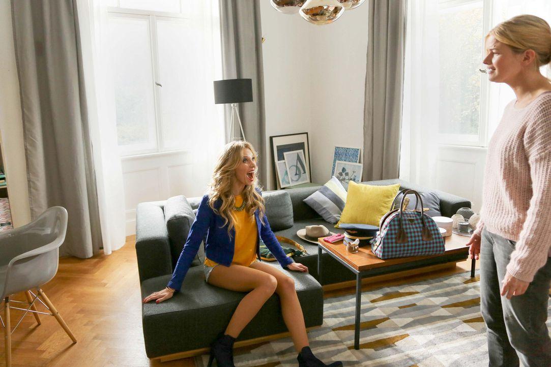 """Emilys (Birte Glang, l.) glamouröses Leben als Escort-Girl ist das komplette Gegenteil von Noras (Mira Bartuschek, r.) """"ewigem Praktikantin-Dasein""""... - Bildquelle: Laura Schleicher SAT.1"""