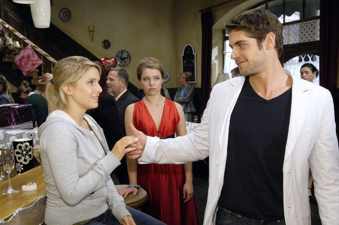 Katja (Karolina Lodyga, M.) traut ihren Augen nicht, als Jonas (Roy Peter Link, r.) Anna (Jeanette Biedermann, l.) zum Tanzen auffordert ... - Bildquelle: Claudius Pflug Sat.1