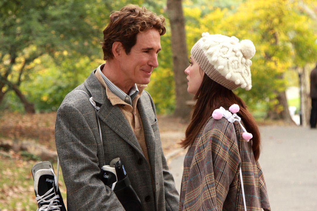 Damit Blair (Leighton Meester, r.) ihren Vater Harold (John Shea, l.) ganz für sich alleine hat, ist ihr jedes Mittel recht ... - Bildquelle: Warner Brothers