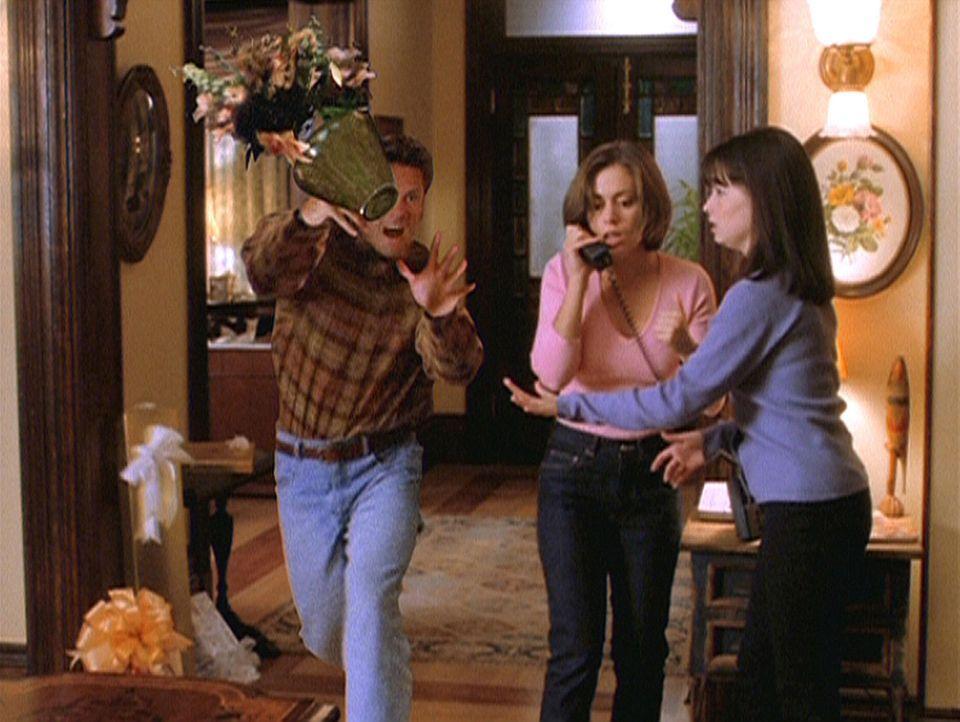 Dank eines Zauberspruchs ist Hans (Tim Herzog, l.) der grenzenlosen Zuneigung zu Phoebe (Alyssa Milano, M.) verfallen, was ihn allerdings zur Rasere... - Bildquelle: Paramount Pictures