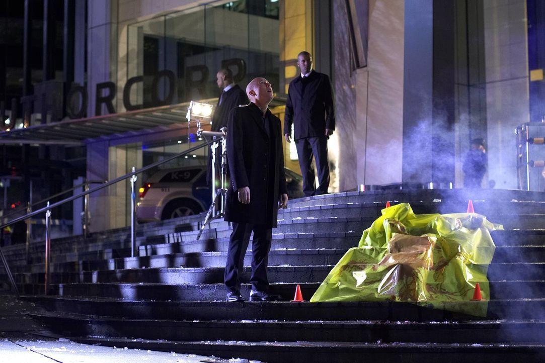 Ganz unschuldig spielt Lex (Michael Rosenbaum, M.) den Trauernden. Dass er seinen eigenen Vater getöet hat, weiß niemand ... - Bildquelle: Warner Bros.