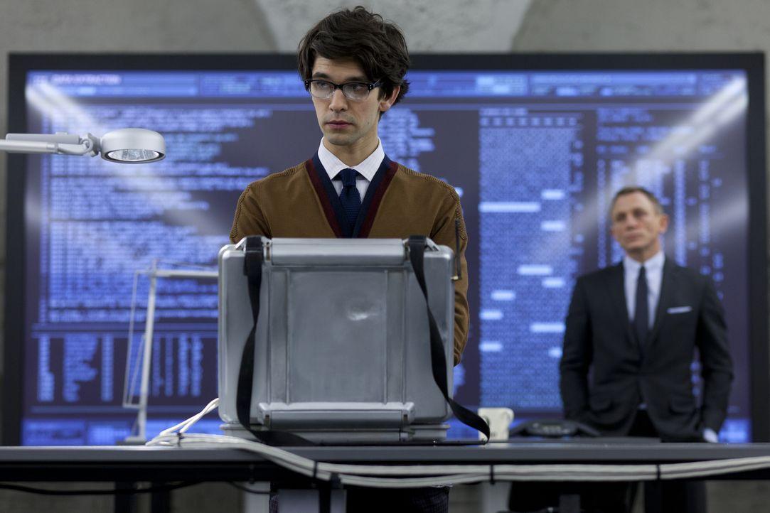 Nach dem Bombenanschlag auf das Hauptquartier des MI6s wird Bond (Daniel Craig, r.) perfekt von Q (Ben Whishaw, l.) ausgerüstet ... - Bildquelle: Skyfall   2012 Danjaq, LLC, United Artists Corporation and Columbia Pictures Industries, Inc. All rights reserved.