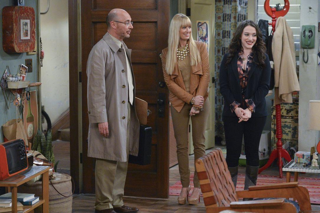 Der Vermieter (Paul Tigue, l.) von Max' (Kat Dennings, r.) und Carolines (Beth Behrs, M.) Wohnung will die Pacht verlängern. Das Problem ist, dass d... - Bildquelle: Warner Bros. Television