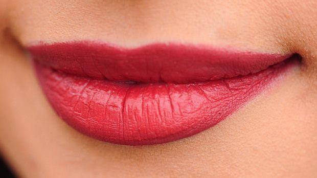 Lippen wirken sehr verführerisch. Diesen Effekt können Sie durch leichtes Kna...